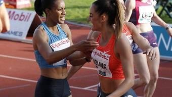 Kaliese Spencer (links) wird nach ihrem Sieg beglückwünscht