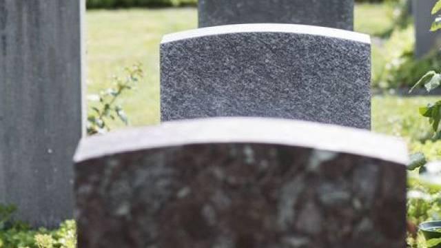 Die Gemeinde wird nur noch für Beisetzungen auf dem Lostorfer Friedhof bezahlen. (Symbolbild)