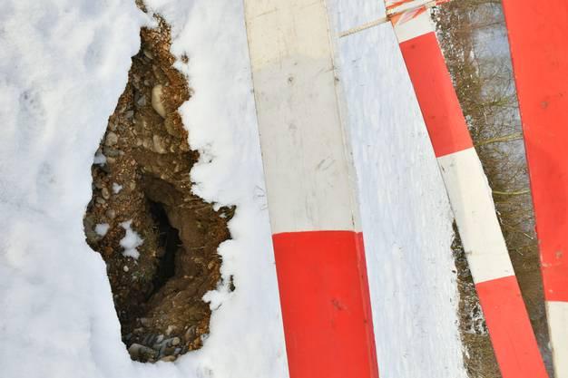 Unterirdische Biberbauten werden zur Sicherheit mit Bauschranken versehen.