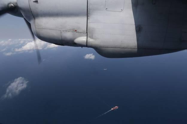 Ein an der Suche beteiligtes Schiff von einer Maschine der Air Force aus gesehen