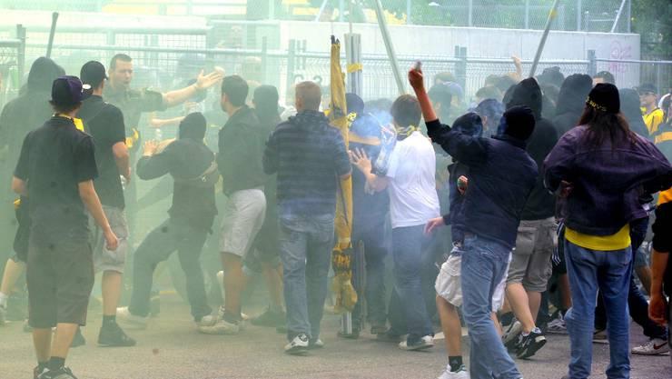 Solche Szenen will die Kantonspolizei Bern auch vor dem Lachenstadion verhindern (Themenbild).