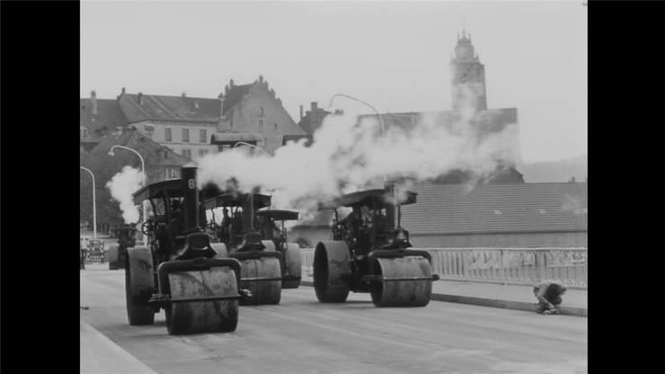 Die Walzen 1949 beim Belastungstest auf der Kettenbrücke. Bild: zvg