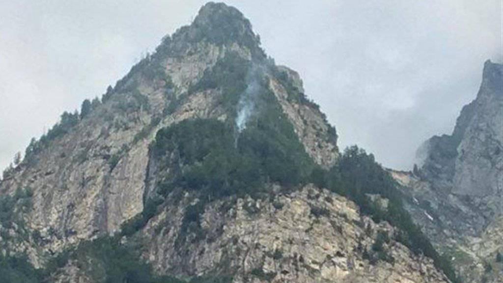 Feuer und Rauch: Nach einem Blitzeinschlag brennt im Misox ein Waldstück.
