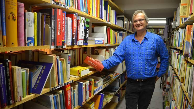 Roland Stöckli zwischen seinen Büchern im Bücher-Brocki – es sind über 10 000 Stück.