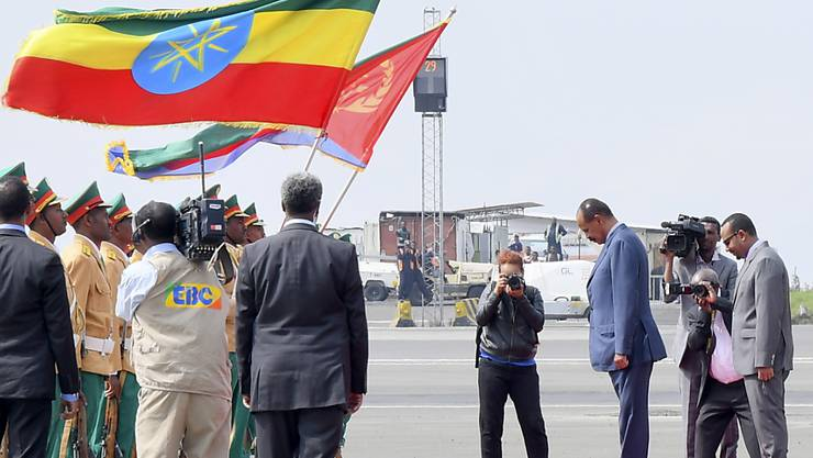 Der eritreische Präsident Isaias Afwerki (2.v.r.) wird in Äthiopien von seinem Amtskollegen Abiy Ahmad mit militärischen Ehren empfangen.