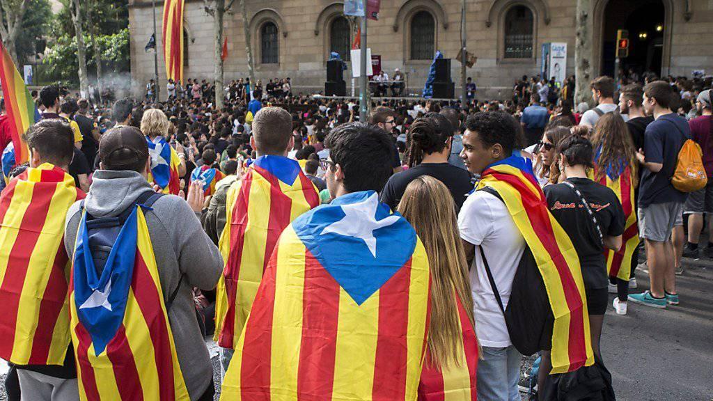Studenten protestieren mit katalanischen Flaggen in Barcelona. Trotz aller Widerstände hält die Regionalregierung von Carles Puigdemont an der Abhaltung des Referendums fest.