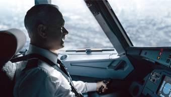 Tom Hanks verkörpert gleichzeitig die stoische Ruhe wie den Kampfgeist des Piloten Chesley B. Sullenberger.Warner Bros.