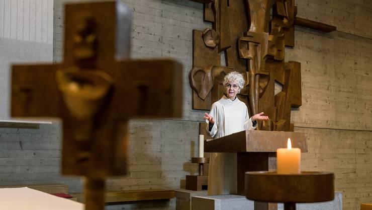 Sie hat die Gabe des Predigens und darf sie in der Messe nicht entfalten: Pastoralassistentin Pia Maria Hirsiger als Lektorin in der Dietiker Kirche St. Josef.