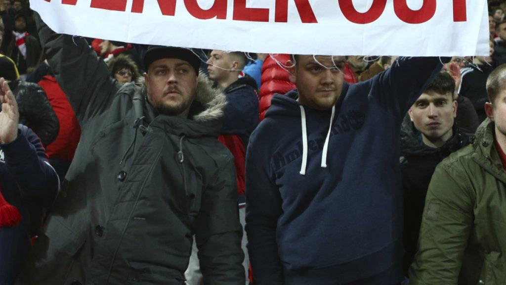 Anhänger von Arsenal fordern während des Achtelfinal-Rückspiels in der Champions League den Rücktritt von Trainer Arsène Wenger