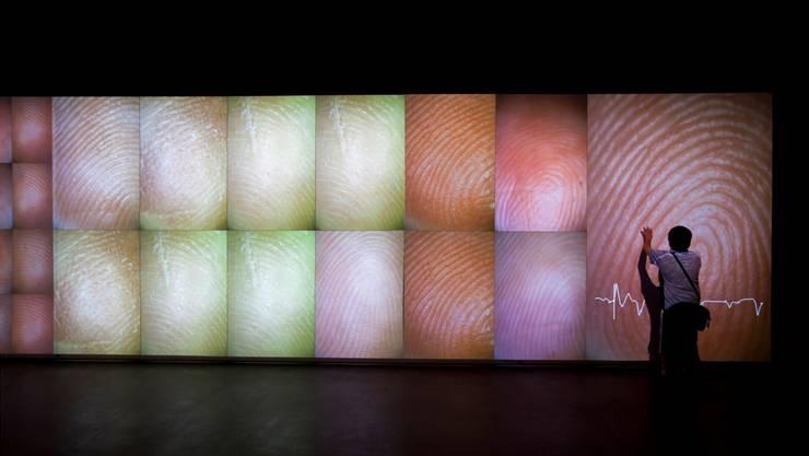 Rafael Lozano-Hemmers interaktive Installation «Pulse Index» reagiert auf die Fingerabdrücke und den Herzschlag der Besucherinnen und Besucher.