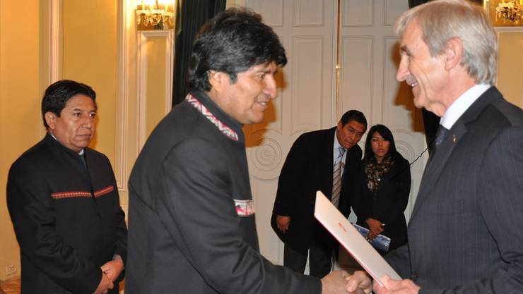 Botschafter Peter Bischof übergibt Staatspräsident Evo Morales das Beglaubigungsschreiben. zvg