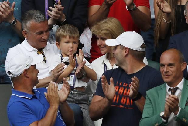 Djokovics Eltern Srdjan (l.) und Dijana mit Enkel Stefan sorgen mit ihren Äusserungen immer wieder für Kopfschütteln.