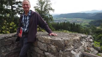 Reinhard Brühwiler aus Wölflinswil lädt in seinen zwei Wanderführern zu spannenden Ausflügen auf Burgen und in die Unterwelt ein. Fab