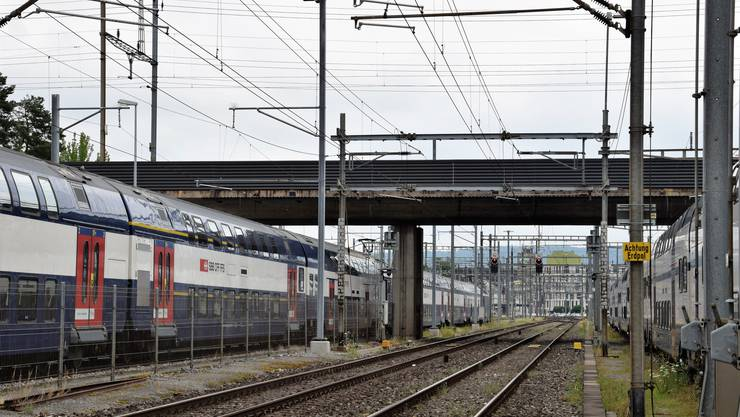 Der rund 500 Meter lange SBB-Viadukt beim Bahnhof Brugg überquert mehrere Gleise und die Aarauerstrasse. Das Bauwerk ist in die Jahre gekommen und soll für 20 Mio. Franken saniert werden.