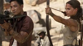 """Daniel Wu (l) und Alicia Vikander (r) in einer Szene von """"Tomb Raider"""". Der Film hielt am Wochenende vom 22. bis 25. März 2018 die Spitze der Deutschschweizer Kinocharts. (Archiv)"""