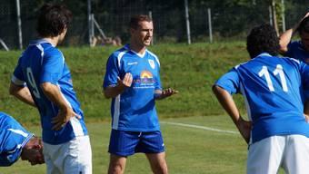 Anfang Saison übernahm Mauro Rossi (gestikulierend, blaue Hose) als Trainer den FC Meisterschwanden. Das ist nun vorbei.