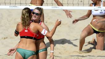 Nina Betschart und Nicole Eiholzer (mit Sonnenbrille) freuen sich nach einem Punktgewinn