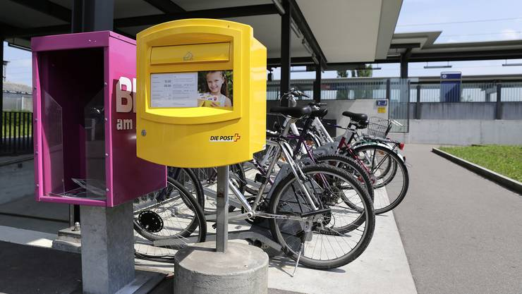 Klein, gelb und vielleicht überflüssig: Der erste Briefkasten am Bahnhof Salina Raurica.