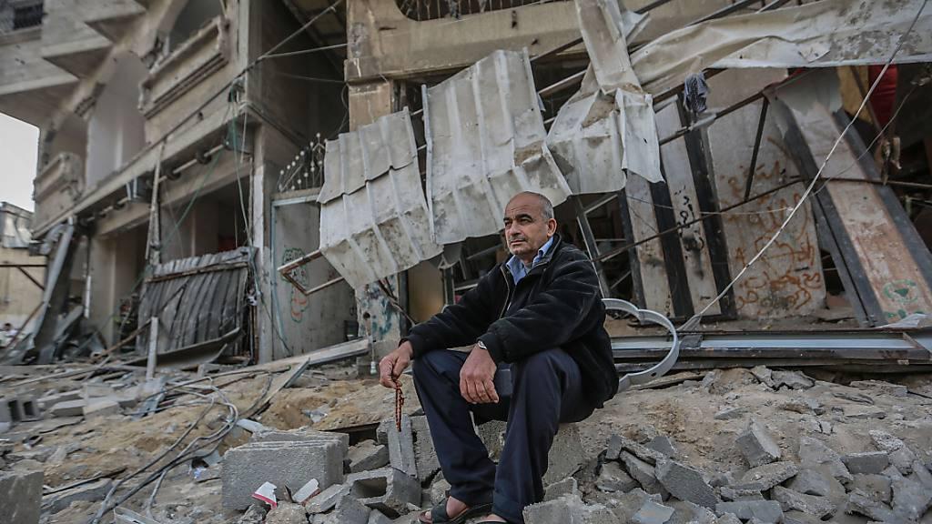 dpatopbilder - Ein Palästinenser inspiziert einen beschädigten Ort nach israelischen Luftangriffen. Foto: Mohammed Talatene/dpa