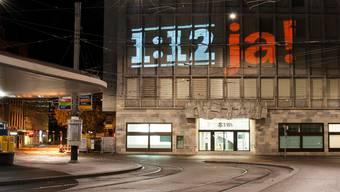 Juso projeziert 1:12-Slogans an die UBS am Paradeplatz.
