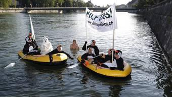 Die jungen Grünen starten auf der Aare eine Aktion für eine Klima-Petition.