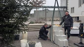 Eineinhalb Tonnen wiegt der Brunnen von Bildhauer Andreas und Steinmetz Florio Aeschbach (r).
