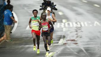 Der Kenianer Eliud Kipchoge (ganz vorne) will zusammen mit zwei Lauf-Kollegen den Weltrekord knacken. Hier gewinnt er den Olympia-Marathon 2016 in Rio de Janeiro.