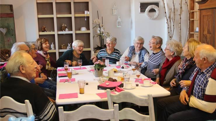 Als Überraschungsgäste kamen drei Rüsstalörgeler und spielten am Seniorennachmittag auf. Den Seniorinnen und Senioren gefiel das sichtlich, sie sangen und schunkelten fröhlich mit. Andrea Weibel