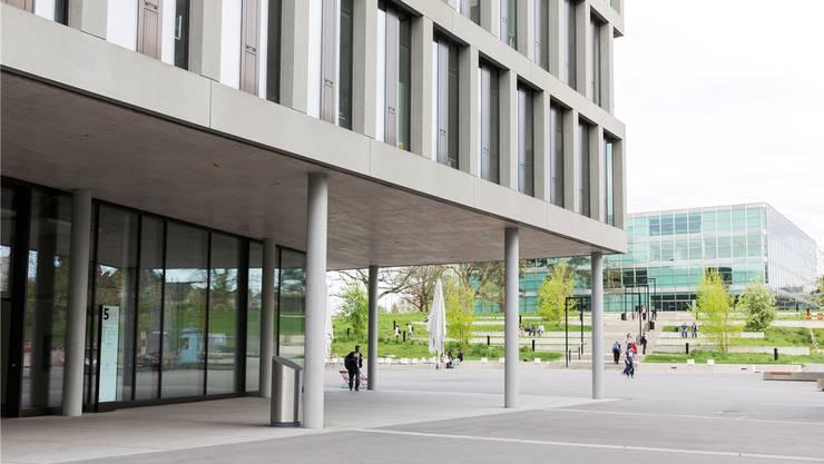 Studenten der Universität Zürich ziehen sich zum Lernen in die Fachhochschule in Brugg-Windisch zurück.
