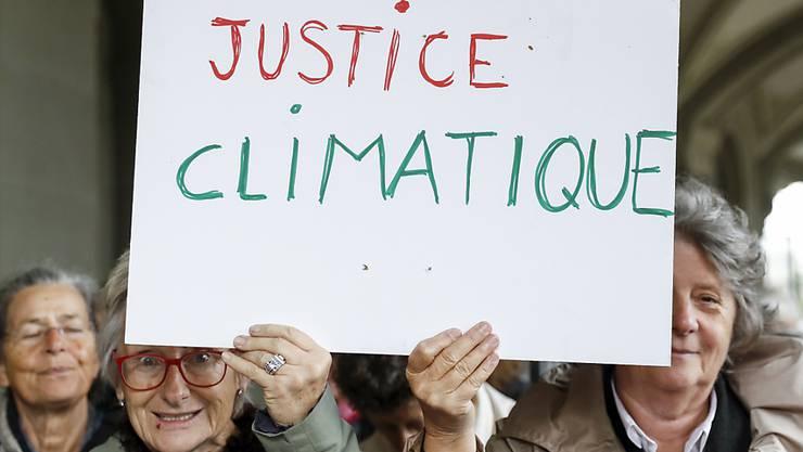 Mitglieder des Vereins KlimaSeniorinnen versuchen auf juristischem Weg weitreichendere Massnahmen zur Reduktion der Treibhausgasemissionen zu erwirken. (Archiv)