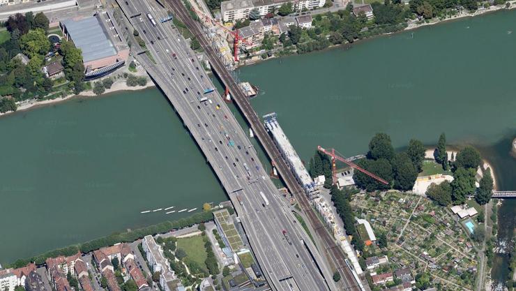 Die alte Rheinbrücke - neben der von Autos befahrenen Schwarzwaldbrücke - wird nach der Fertigstellung der 2. Rheinbrücke (auf dem Bild noch in Bau) von den SBB erneuert.