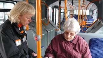 Alles in Ordnung? Die BSU-Kontrolleurin überprüft das Billett einer Buspassagierin.  sam