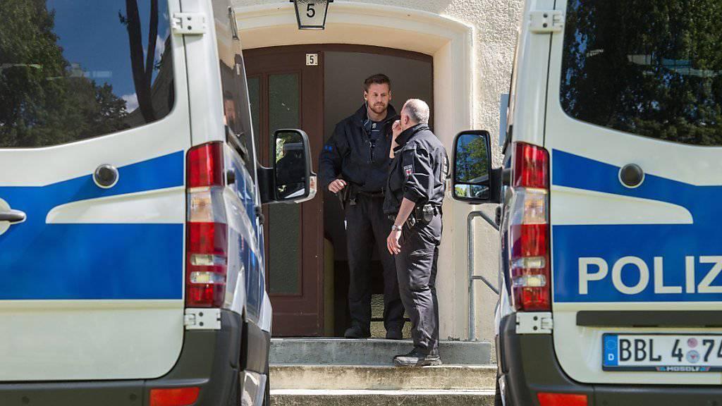 Die Polizei in Eisenhüttenstadt nimmt einen Verdächtigen fest - jetzt hat der Staatsschutz die Ermittlungen übernommen.