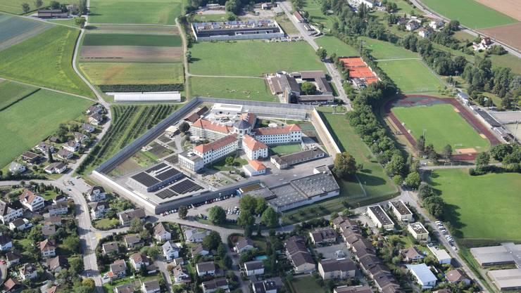 Bedrohung aus der Luft: Die Justizvollzugsanstalt Lenzburg von oben.
