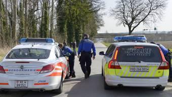 Polizeiautos blockieren die Strasse bei Orbe (Symbolbild)