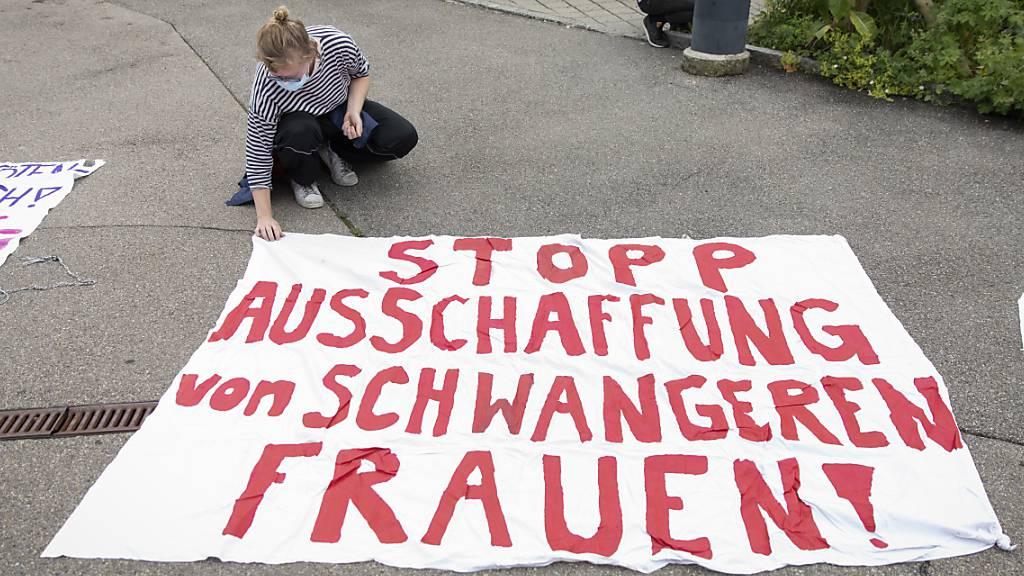 Migranten demonstrieren vor Bundesamt gegen «Asylcamps»