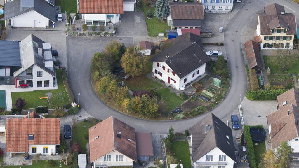 Besitzerinnen und Besitzer von Einfamilienhäusern im Kanton St. Gallen - auf dem Bild ein Wohnquartier in Oberbüren - erhalten 2021 von der Gebäudeversicherung einen 40 Prozent-Rabatt (Archivbild).