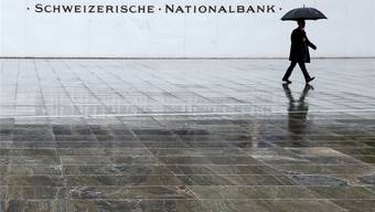 Vom Regen in die Traufe und wieder zurück: Seit der Finanzkrise müssen sich die Nationalbanken von der Politik einiges anhören.Ruben Sprich/Reuters