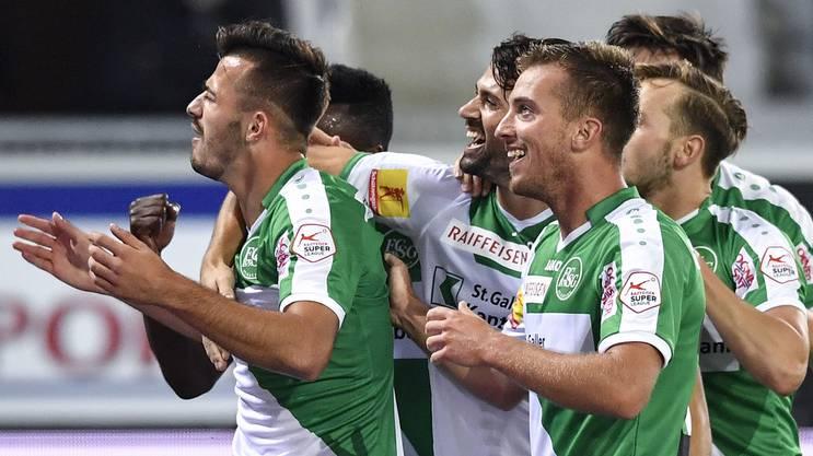 Ex-FCB-Stürmer Albian Ajeti (l.) ist von Augsburg an St. Gallen ausgeliehen und trifft gegen Thun gleich zum 2:1-Siegtreffer.