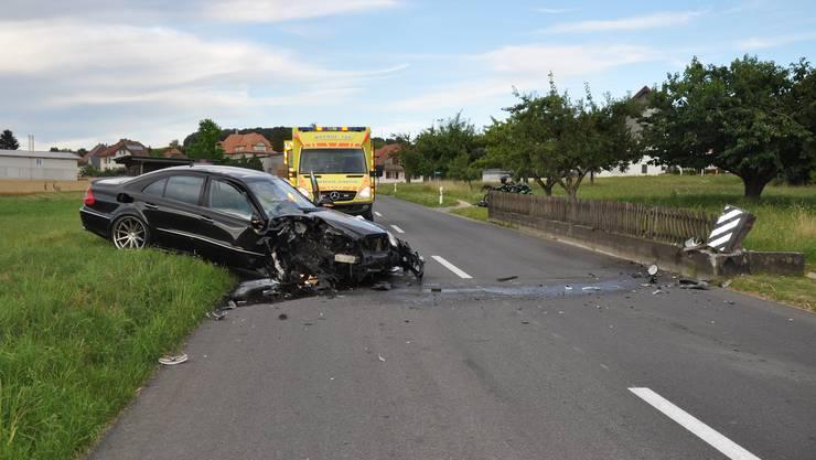 Schnottwil SO, 9.Juli: Ein 18-jähriger Autolenker prallte gegen eine Betonmauer und wurde verletzt.
