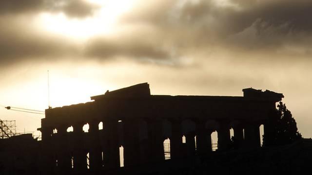 Schwarze Korruptions-Wolken über der Akropolis in Athen.