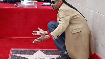 Der US-Musiker Snoop Dogg ist am Montag mit einem Hollywood-Stern geehrt worden.