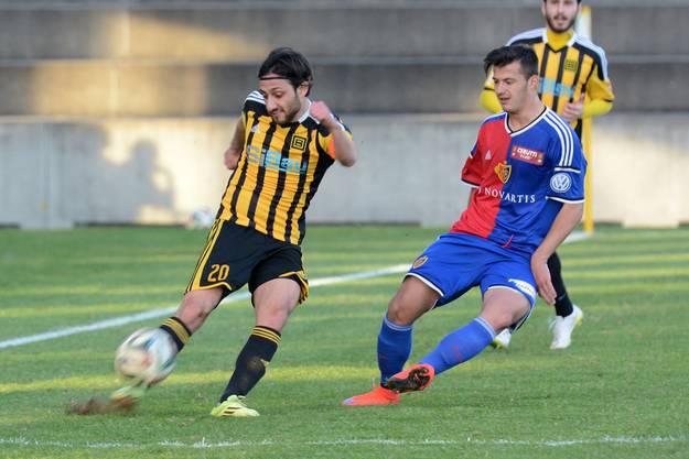 Der Basler Nachwuchsspieler Albian Ajeti (r.) kommt gegen Onur Akbulut (l.) einen Schritt zu spät.