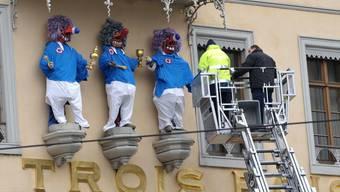 Die drei Könige am Hotel Les Trois Rois werden als Fasnachtsfiguren verkleidet