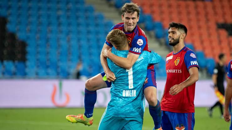Fabian Frei herzt Jonas Omlin nach dessen gehaltenem Penalty gegen YB.