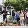 Passanten legen am Tatort Blumen nieder. Nach einem Streit war am 26. August in der Innenstadt von Chemnitz ein 35-jähriger Mann erstochen worden.