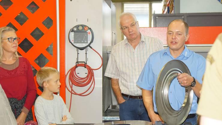Erzähltal 2017: Samuel Hunziker erklärt, wie die Metallteile für eine Waschmaschinentüre hergestellt werden.