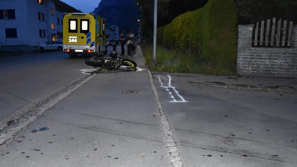 Motorrad prallt gegen Laterne – Mann mit Rega ins Spital gebracht