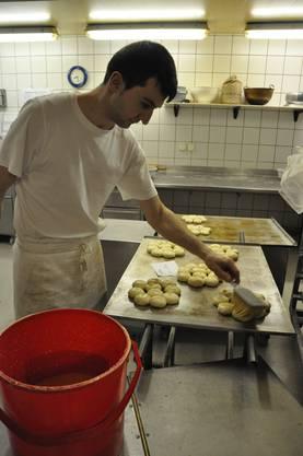 Die fertigen Kuchen werden mit Eigelb bepinselt