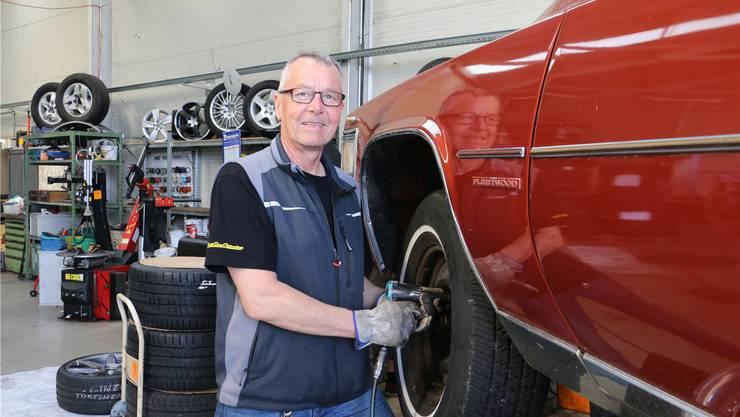 Thomas Schweizer ist schon 32 Jahre im Reifengeschäft tätig.Dennis Kalt